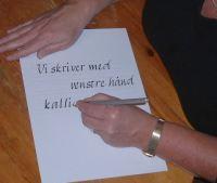 Exempel på handens position för en vänsterhänt kalligraf